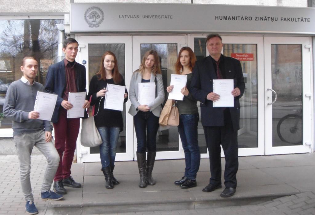 Львівські студенти із сертифікатами після іспиту з латиської мови (2015 р)
