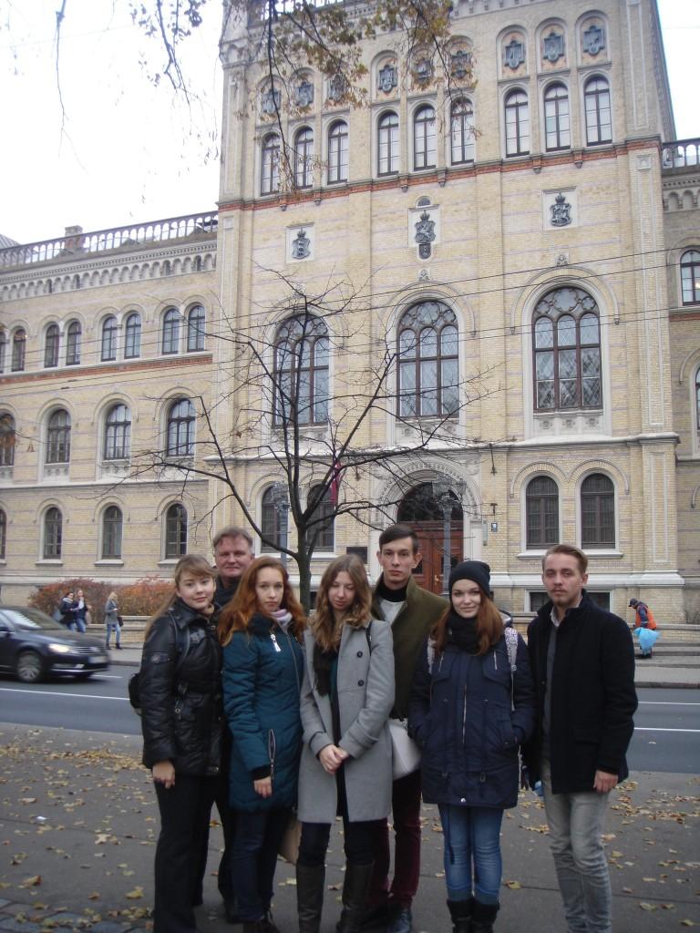 Студенти ФМВ ЛНУ ім.І.Франка перед Латвійським Університетом (2015 р.)
